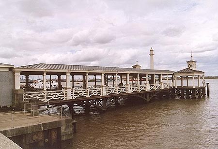 Gravesend Town Pier - Photo: � David Glasspool - www.simplonpc.co.uk