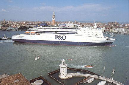 Zeer korte lontjes op ferry naar Rotterdam